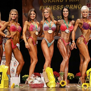 Ivka na soutěži bikiny fitness s ostatními soutěžícími.
