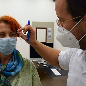 Plastický chirurg Ján Pilka kontroluje oční víčka.