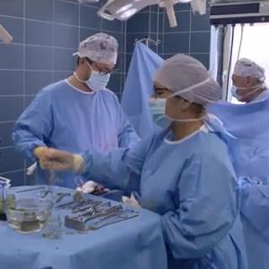 Plastický chirurg Ján Pilka na operačním sále.