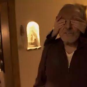 Záběry z filmu: Dcera zakrývá Mistrovi oči.