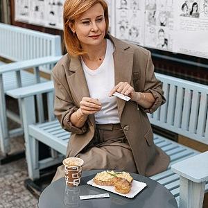 Jitka v kavárně.