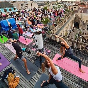 Lekce jógy na střeše Lucerny