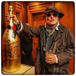 Johnny Depp podepsal Martině zlatou lahev.