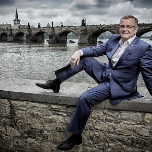 Miroslav Kalousek sedí u Vltavy.