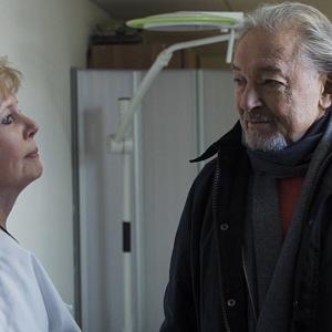 Záběry z filmu: Zpěvák se zdravotnicí.