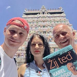 Karel s partnerem Vláďou a kamarádkou Zuzkou v Indii.