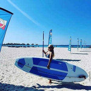 Kijonková se surfem.