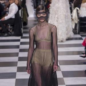 Průhledné tkaniny ve Spring 2018 Couture