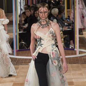 Luxusní šaty s asymetrickým detailem.
