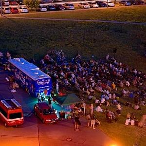 Kinobus přiveze lavičky, plátno i občerstvení
