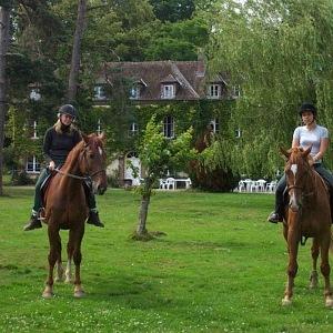 Studenti jazdí na koních
