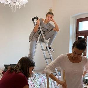 Kubelková s dcerami rekonstruuje pokojíčky.