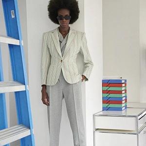 Žena v krémovém kostýmku Louis Vuitton