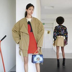 Žena v béžové bundě a červených mini šatech Louis Vuitton