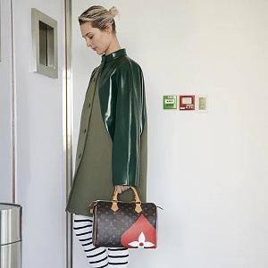Žena v khaki trenčkotu Louis Vuitton