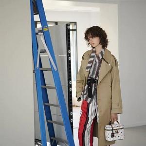 Žena v béžovém trenčkotu Louis Vuitton