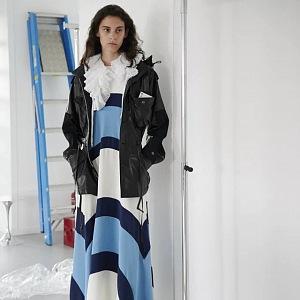 Žena v pruhovaných šatech Louis Vuitton