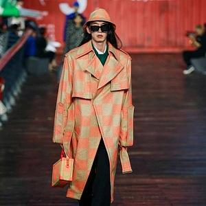 Muž v kostkovaném kabátě Louis Vuitton SS 2021