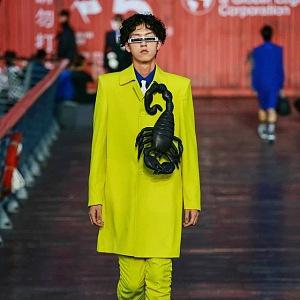 Muž ve žlutém obleku Louis Vuitton SS 2021