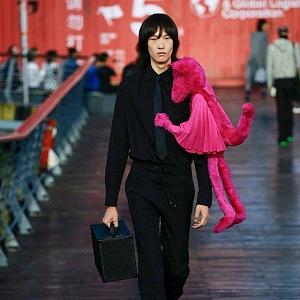Muž v černém obleku Louis Vuitton SS 2021