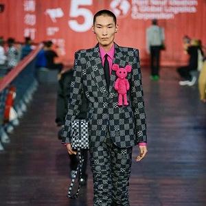 Muž v kostkovaném obleku Louis Vuitton SS 2021