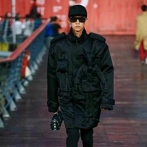 Muž v černé bundě Louis Vuitton SS 2021