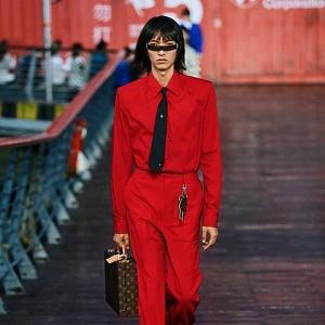 Muž v červeném obleku Louis Vuitton SS 2021
