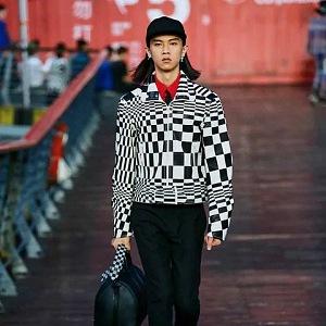 Muž v kostkované bundě a kalhotách Louis Vuitton SS 2021