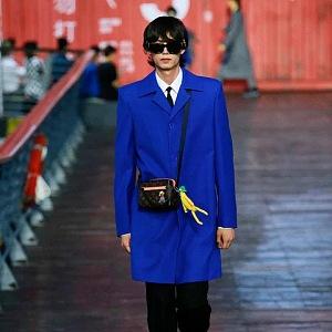 Muž v modrém kabátě Louis Vuitton SS 2021