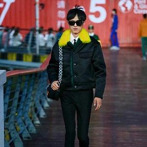 Muž v černé bundě a kalhotách Louis Vuitton SS 2021
