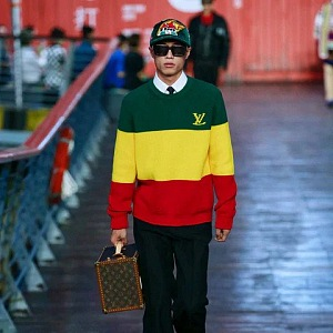 Muž v barevném svetru a černých kalhotách Louis Vuitton SS 2021