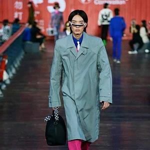 Muž v mintovém kabátě Louis Vuitton SS 2021