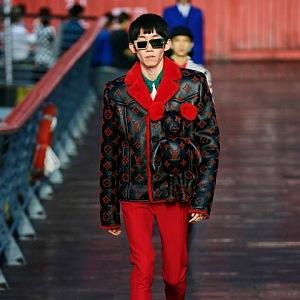 Muž v kožené bundě a červených kalhotách Louis Vuitton SS 2021