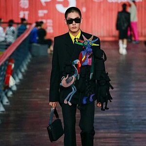 Muž v černém outfitu Louis Vuitton SS 2021