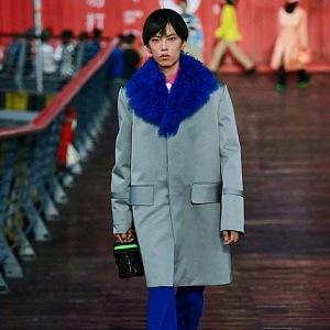 Muž v šedém kabátě Louis Vuitton SS 2021