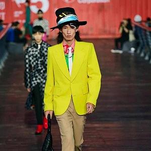 Muž ve žlutém saku a béžových kalhotách Louis Vuitton SS 2021