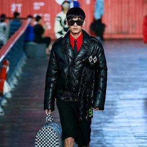 Muž v černé bundě a černých kalhotách Louis Vuitton SS 2021