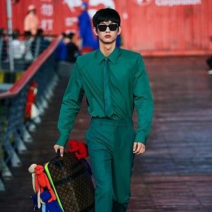Muž v zeleném obleku Louis Vuitton SS 2021