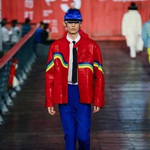 Muž v červené bundě a modrých kalhotách Louis Vuitton SS 2021