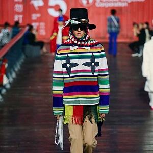 Muž v pestrobarevném svetru Louis Vuitton SS 2021