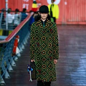 Muž v barevném kabátě Louis Vuitton SS 2021