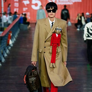Muž v béžovém kabátě Louis Vuitton SS 2021