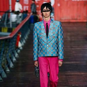 Muž v modrém saku a růžových kalhotách Louis Vuitton SS 2021