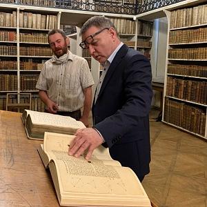 Ministr kultury Lubomír Zaorálek v knihovně