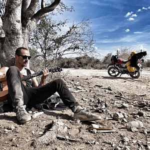 Homola v Tanzánii na motorce.