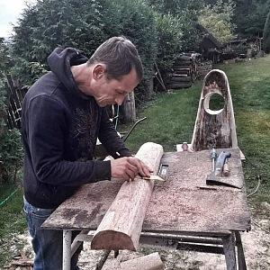 Matěj při práci se dřevem.