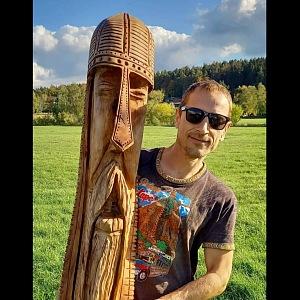 Matěj Homola se svou vyřezanou sochou.