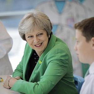 Theresa Mayová končí jako premiérka Británie