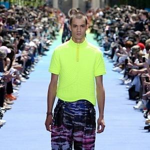 Louis Vuitton se fosforové barvy pokoušel prosadit na pařížském týdnu módy