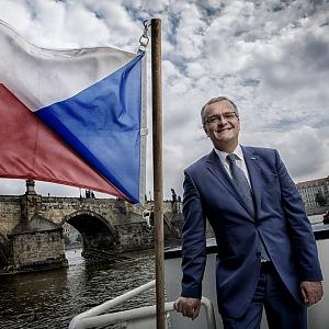 Miroslav Kalousek u Vltavy.
